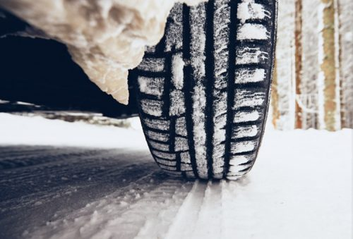 vinterdäck som dubbdäck i snön